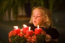 Kind mit Adventkranz zu Weihnachten