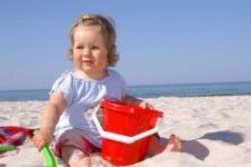 Baby mit Sandspielzeug