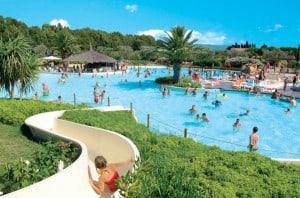 Pool-mit-Rutsche-Canvas-Holidays-600x397