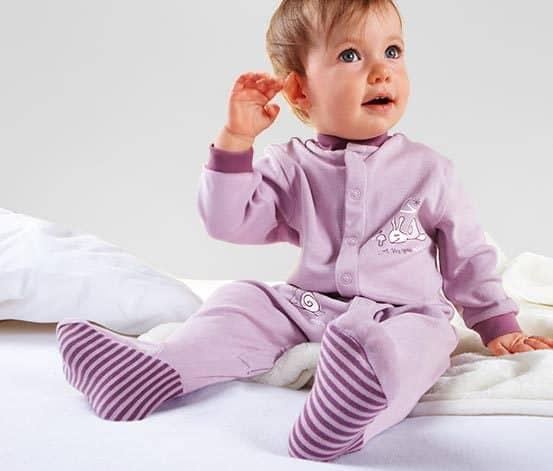 Baby-Schlafanzug-Flieder