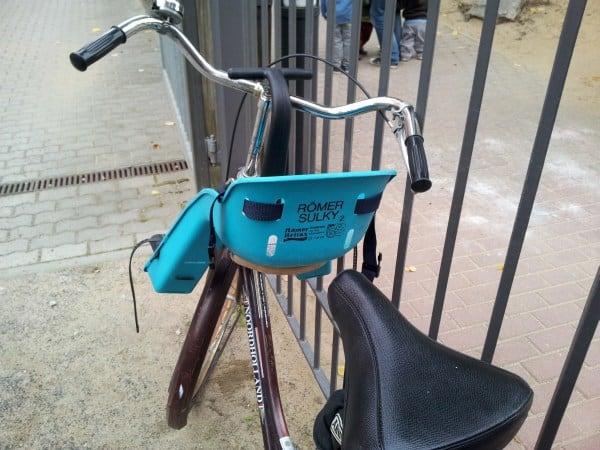 Der beliebte Römer Sulky Fahrradsitz für vorne, montiert (© Sparbaby)