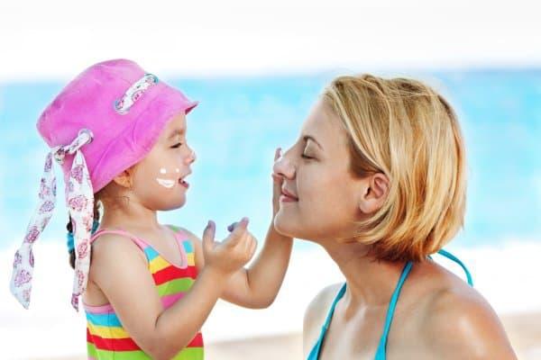 Regelmäßig und reichlich mit Sonnencreme eincremen (© Thinkstock)
