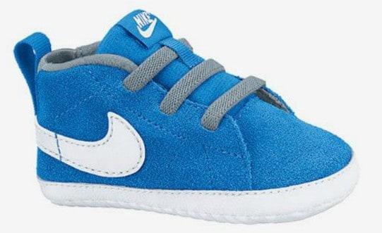 blauer Nike Schuh