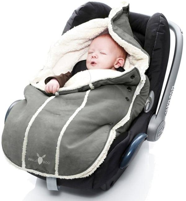 Kurzer Fußsack in Babyschale mit schlafendem Kind (Bild Wallaboo)