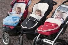 Kinder im Kinderwagen mit Fußsack
