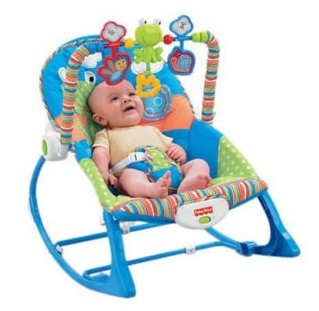 blaue Babywippe von Fisher Price mit Baby drin und Spielebogen