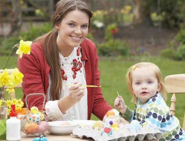 Ostereier bemalen mit Kindern (© Thinkstock)