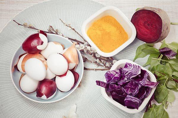 Ostereier mit natürlichen Farben färben: Spinat, Zwiebel, Tee.. (© Thinkstock)