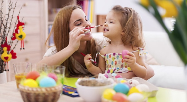 Mit Kindern Ostereier färben und bemalen