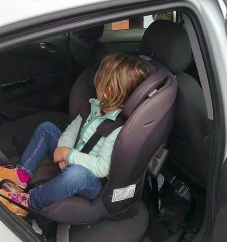 Axkid Minikid (9-25 kg) im Opel Corsa. Kind: 4 Jahre alt.