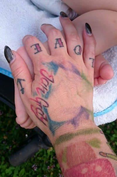 Abstraktes Tattoomotiv auf der Hand
