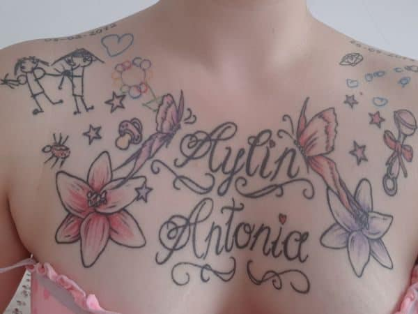 Tattoo auf der Brust mit mehreren Kinderzeichnungen, Schmetterlingen und zwei Namen