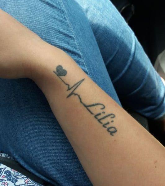 Tattoomotiv mit Herz, Herzschlag und Namen am Unterarm