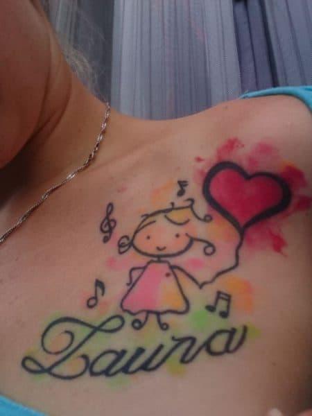 Eine Kinderzeichnung und der Name Laura als Tattoo unter dem Schlüsselbein