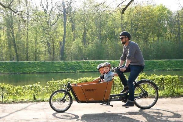 Das Babboe Lastenrad bietet genügend Platz für 2 Kinder.