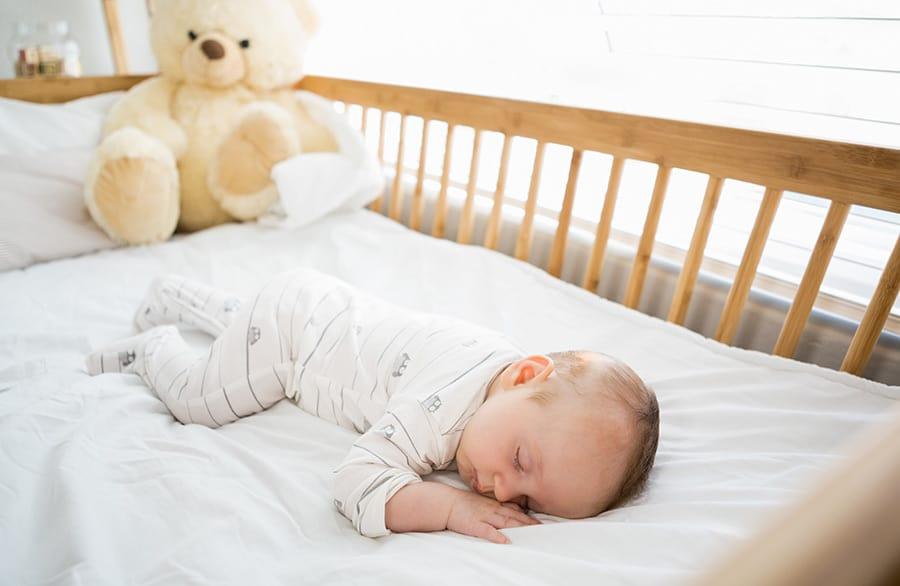 Stiftung Warentest warnt: Babymatratzen mit gefährlichen Singerheitsmängeln (© stock.adobe.com)