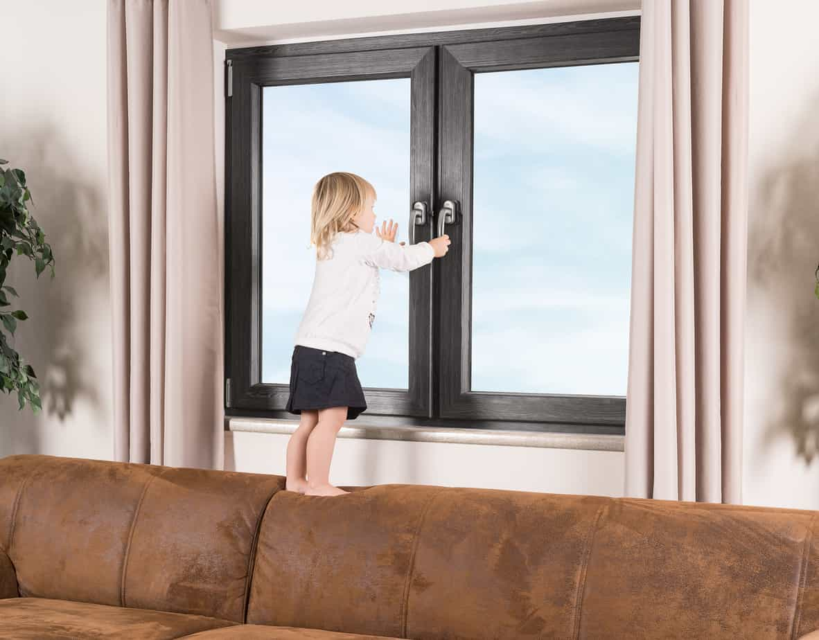 Kind Fenster Klettern