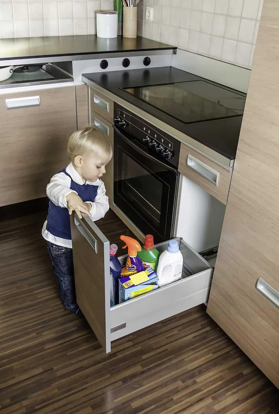 Kleinkind Küchenschrank Putzmittel