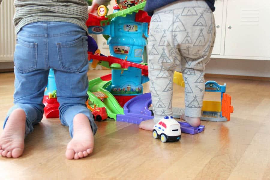zwei Kinder spielen mit Polizeistation