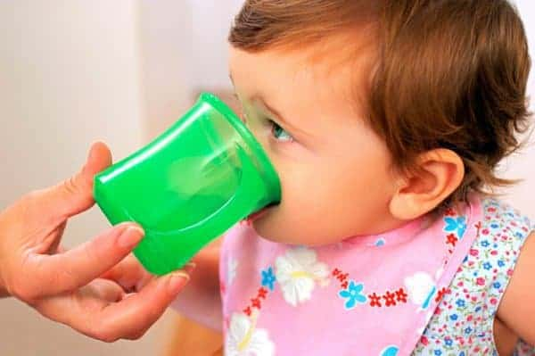 Zu den Mahlzeiten Wasser anbieten - schmeckt gut (©Thinkstock)