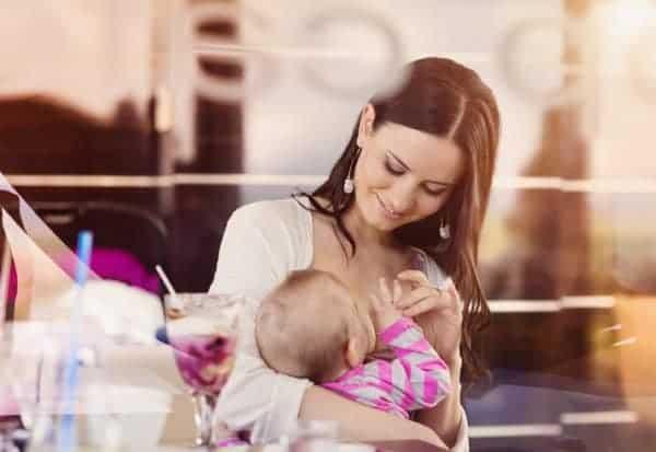 Stillende Mütter sollten selbst auch ausreichend trinken (©Thinkstock)